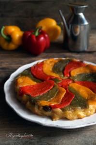 tatin di peperoni, cipolle rosse e olive taggiasche